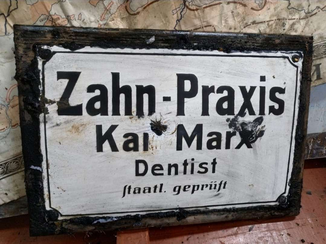 Музей в Низовье. Табличка с дом врача-дантиста