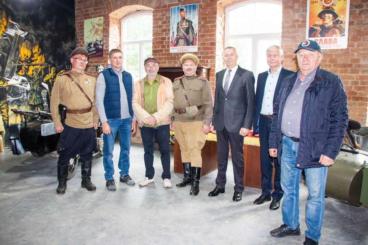 Депутаты присутствуют на открытии музея